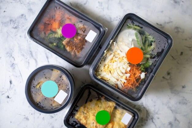 Vue de dessus des aliments sains quotidiens dans des conteneurs. livraison de nourriture.