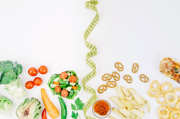 Vue de dessus des aliments sains vs aliments malsains
