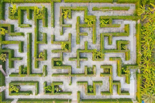 Vue de dessus altitude moyenne au-dessus du labyrinthe vert parc jardin