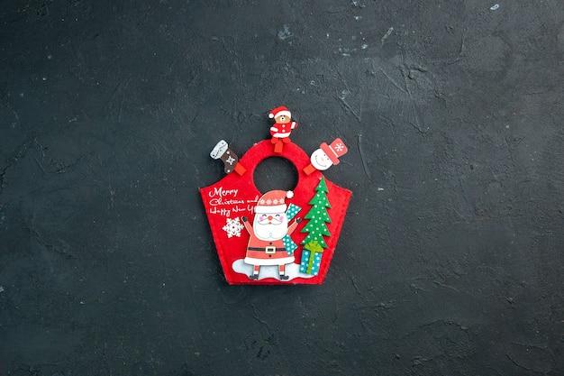 Vue de dessus de l'ambiance de noël avec accessoires de décoration et coffret cadeau du nouvel an sur une surface sombre