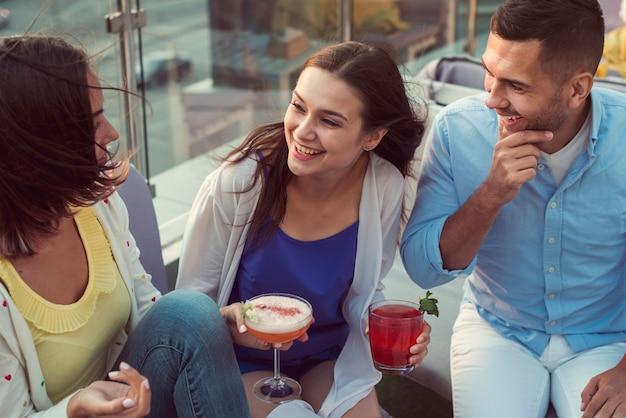 Vue de dessus des amis en riant à une fête sur la terrasse
