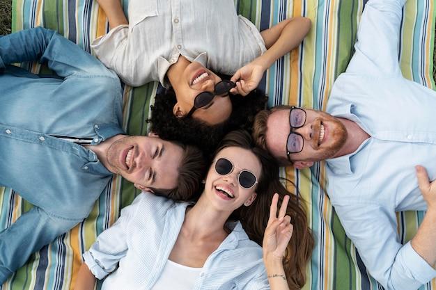 Vue de dessus des amis souriants posant ensemble