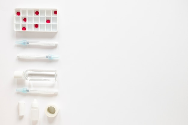 Vue de dessus des analgésiques avec des antibiotiques sur la table