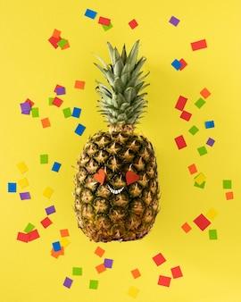 Vue de dessus ananas avec des confettis