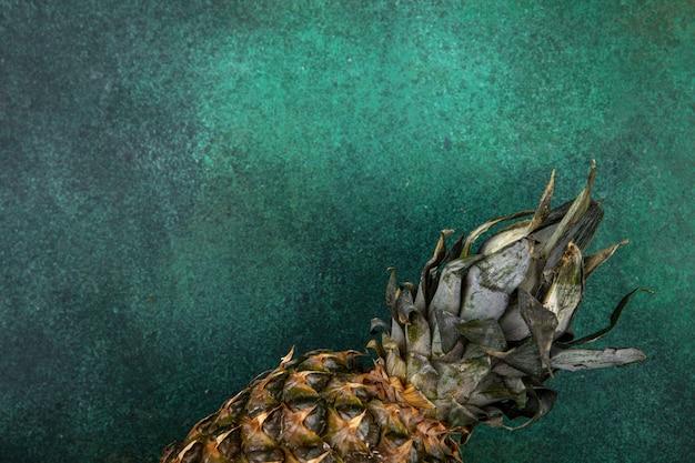 Vue de dessus de l'ananas sur la surface verte