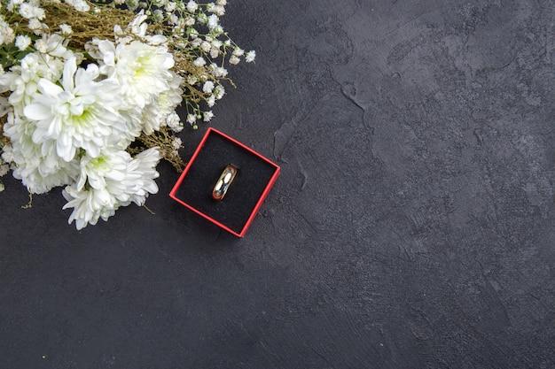 Vue de dessus anneau de fleurs blanches dans une boîte sur fond sombre copie lieu