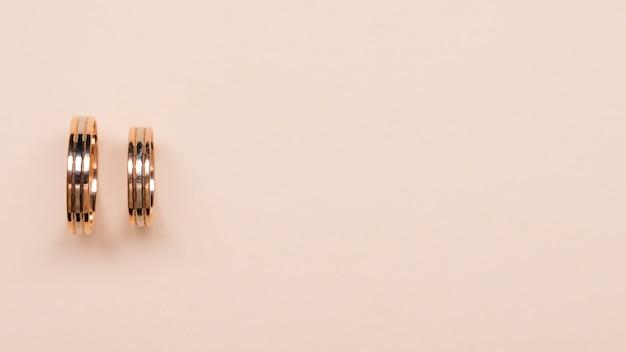 Vue de dessus des anneaux de mariage élégants avec espace copie