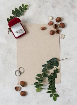 Vue de dessus des anneaux de mariage et des plantes