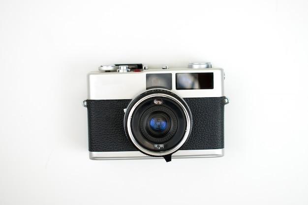 La vue de dessus d'un appareil photo argentique sur un blanc. isolé .