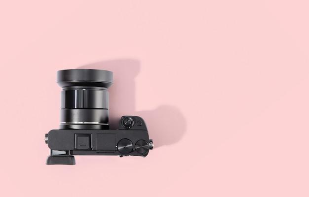 Vue de dessus de l'appareil photo numérique isolé sur table rose.