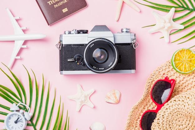 Vue de dessus de l'appareil photo rétro, avion jouet, étoiles de mer et accessoires tropicaux voyageur