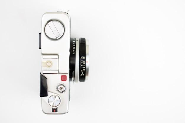 Vue de dessus, appareil photo vintage sur fond blanc
