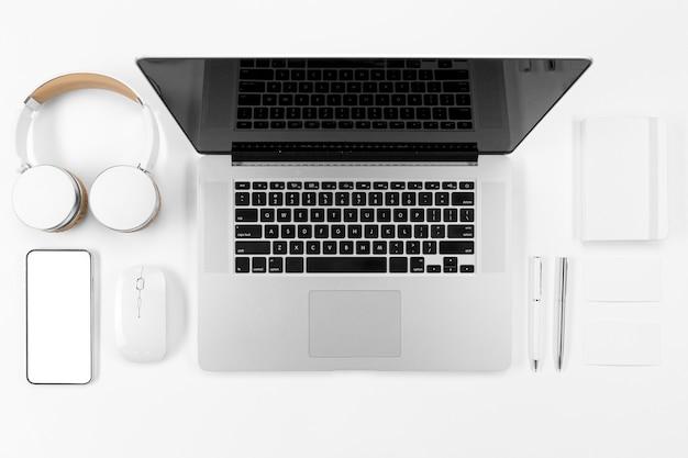 Vue de dessus des appareils et disposition des ordinateurs portables