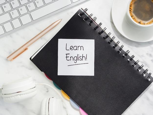 Vue de dessus apprendre l'anglais message sur pense-bête