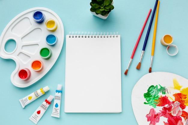 Vue de dessus de l'aquarelle colorée et carnet