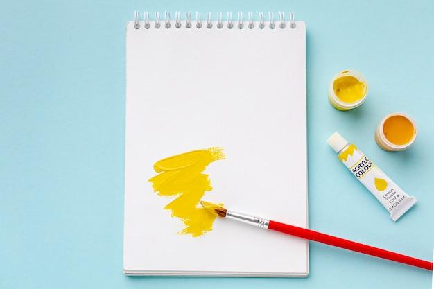 Vue de dessus de l'aquarelle jaune avec copie-espace