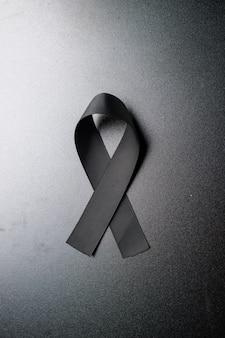 Vue de dessus de l'arc noir comme symbole de deuil sur un mur sombre