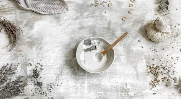 Vue de dessus de l'argile mélangée et de l'eau pour faire un masque facial nettoyant simple à la maison.