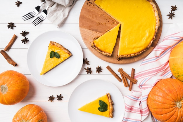 Vue de dessus arrangement alimentaire avec tarte