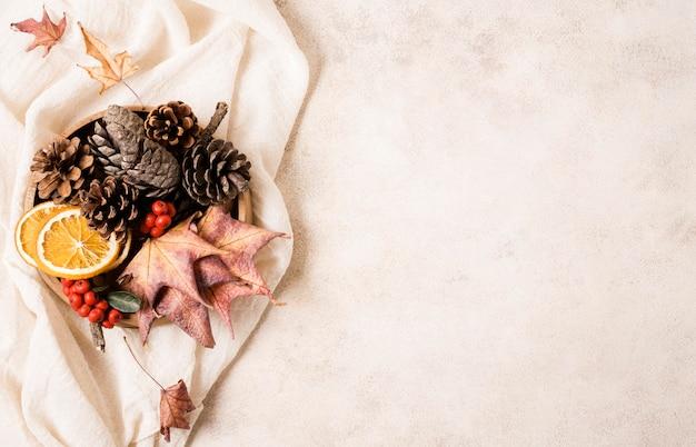 Vue de dessus de l'arrangement d'automne avec des pommes de pin et de l'espace de copie