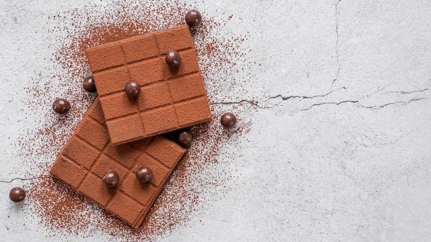 Vue de dessus arrangement de chocolat sucré avec espace copie