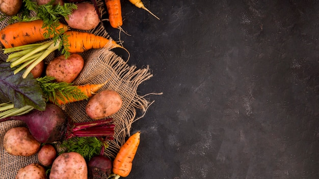 Vue de dessus arrangement coloré de légumes avec espace copie