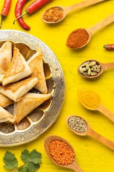 Vue de dessus arrangement de condiments indiens