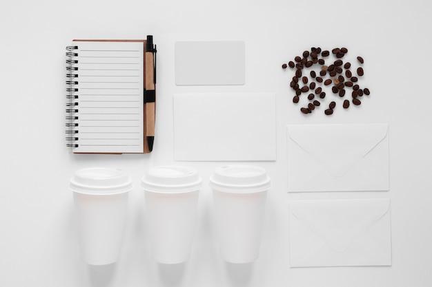 Vue de dessus arrangement créatif des éléments de café