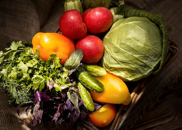 Vue de dessus arrangement de délicieux légumes d'automne