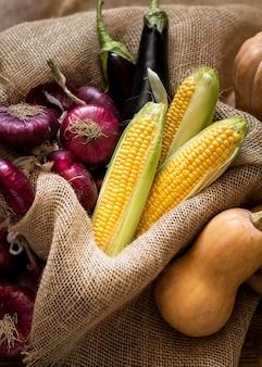 Vue de dessus arrangement de délicieux légumes frais