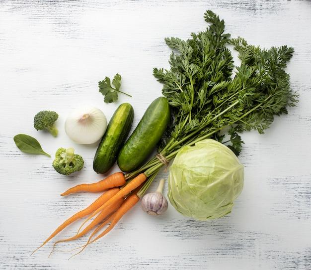 Vue de dessus arrangement de délicieux légumes