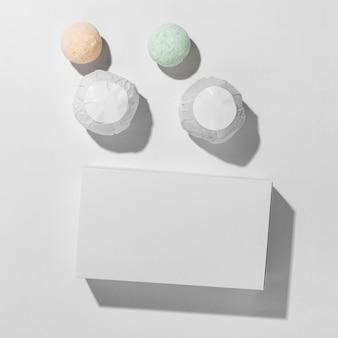 Vue de dessus arrangement de différentes bombes de bain