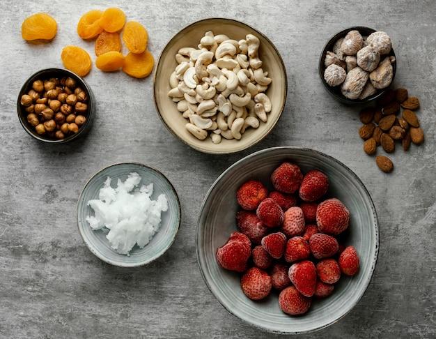 Vue de dessus arrangement de différents ingrédients pour le dessert