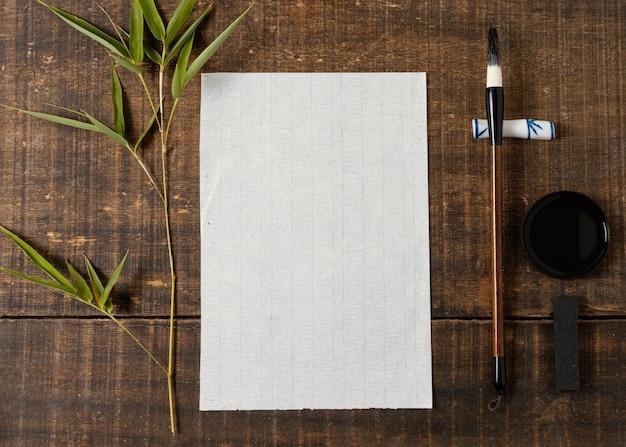 Vue de dessus arrangement d'encre de chine avec carte vide