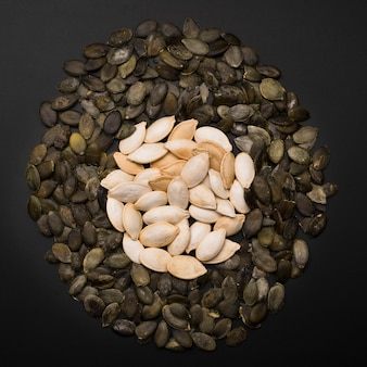 Vue de dessus de l'arrangement des graines de citrouille
