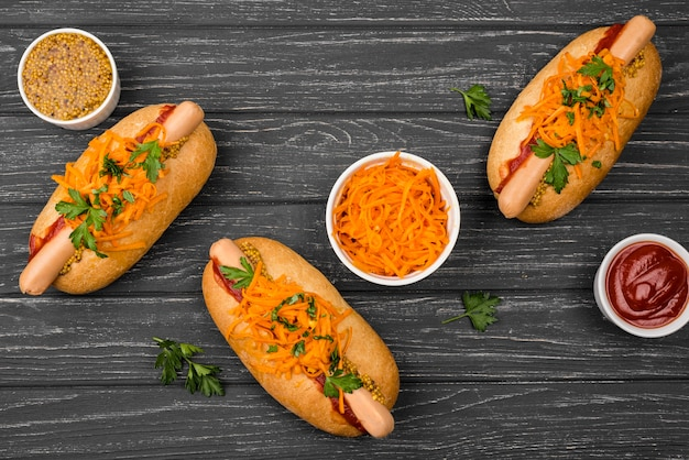Vue de dessus d'arrangement de hot-dogs