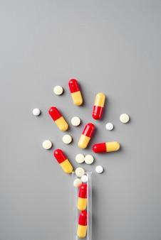 Vue de dessus de l'arrangement de la journée mondiale de la science avec des pilules