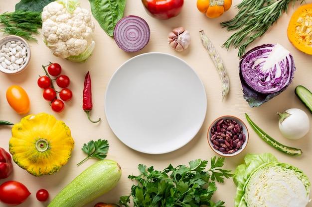 Vue de dessus arrangement de légumes biologiques