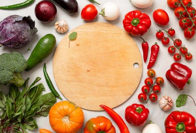 Vue de dessus arrangement de légumes frais