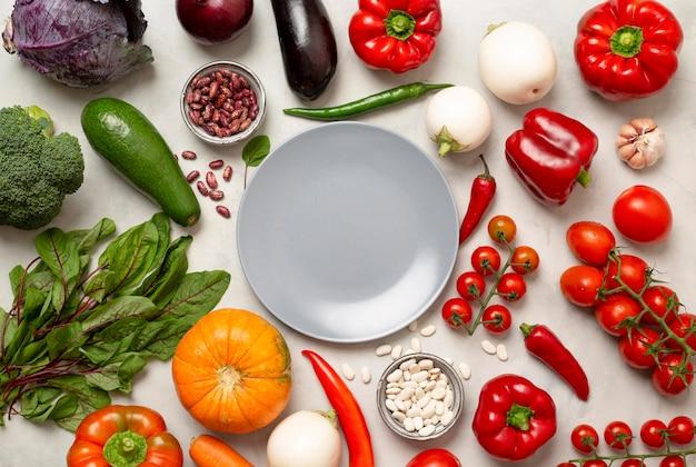 Vue de dessus l'arrangement de légumes frais