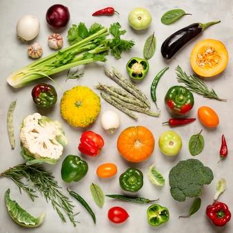 Vue de dessus d'arrangement de légumes frais