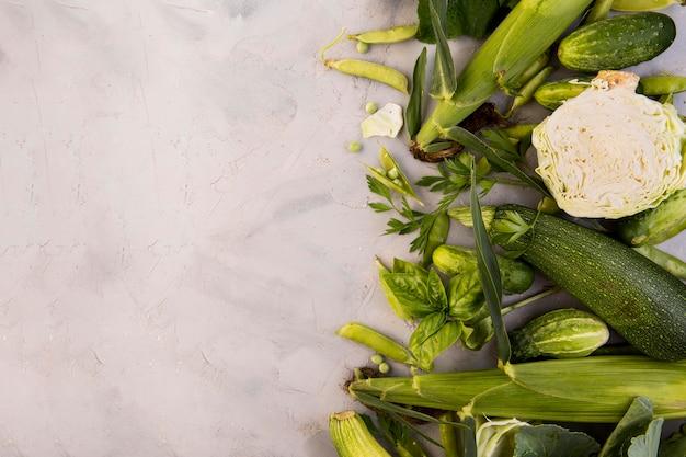 Vue de dessus arrangement de légumes verts avec espace copie