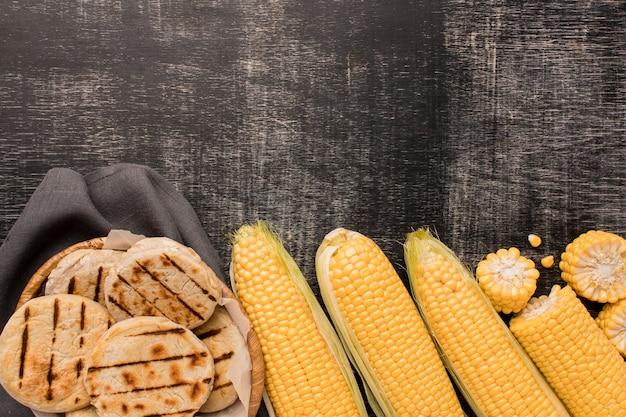 Vue de dessus d'arrangement de maïs et d'arepas