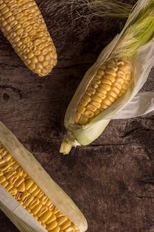 Vue de dessus arrangement de maïs frais