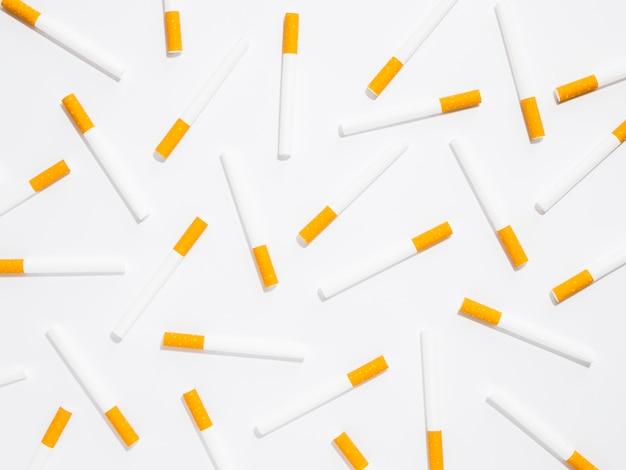 Vue de dessus de l'arrangement de mauvaise habitude de cigarette