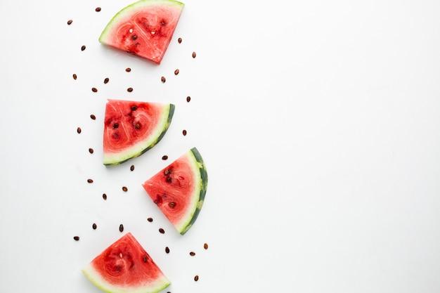 Vue de dessus arrangement de melon d'eau en tranches avec espace de copie