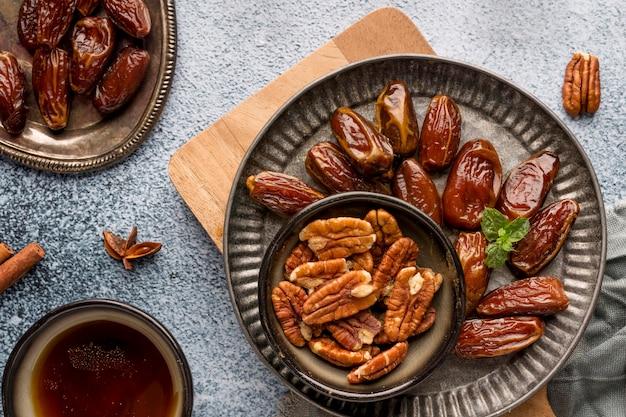 Vue de dessus arrangement des noix et des dates