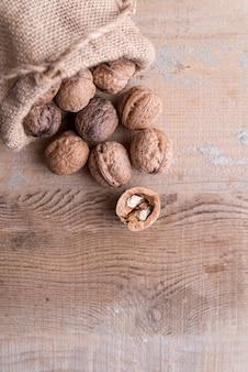 Vue de dessus de l'arrangement des noix avec espace copie