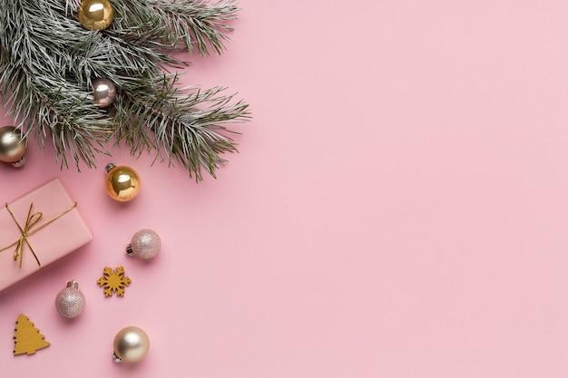 Vue de dessus arrangement d'ornements de noël festifs avec espace de copie