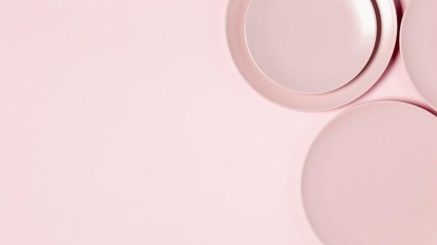 Vue de dessus arrangement de plaques roses avec espace copie